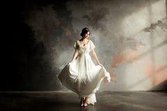 美丽的新娘纵向 美丽的新娘旋转她的婚礼礼服 免版税图库摄影