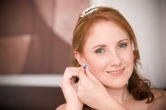 美丽的新娘耳环她插入性感 免版税库存照片