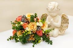 美丽的新娘花束和天使 免版税库存照片