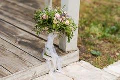 美丽的新娘花束whith丝带和鞋带 免版税库存照片
