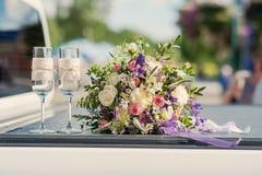 美丽的新娘花束whith丝带和鞋带 免版税库存图片