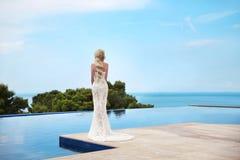 美丽的新娘结婚照 有长期的典雅的白肤金发的妇女 免版税库存图片