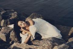 年轻美丽的新娘画象在海附近的 图库摄影