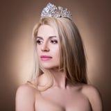 美丽的新娘画象有冠的在灰棕色 库存照片