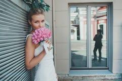 美丽的新娘画象有郁金香的 婚姻组成 免版税库存照片