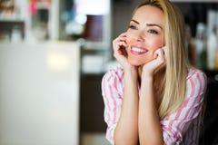 美丽的新愉快的微笑的妇女纵向有长的头发的 免版税库存图片
