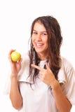 美丽的新深色的妇女用苹果 免版税图库摄影