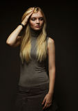 美丽的新白肤金发的女孩纵向黑色礼服的 免版税库存照片