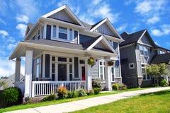 美丽的新的contempory郊区房子与五颜六色的夏天ga 库存照片