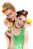 美丽的新鲜水果佩带的妇女 库存照片