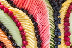 美丽的新鲜水果盛肉盘 库存图片