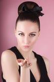 年轻美丽的新鲜的亭亭玉立的女孩画象用干净的构成和头发小圆面包 免版税库存图片