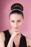 年轻美丽的新鲜的亭亭玉立的女孩画象用干净的构成和头发小圆面包 免版税图库摄影