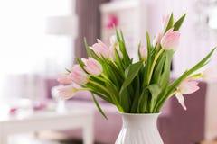 美丽的新鲜的桃红色郁金香开花花束 与拷贝空间的看法 选择聚焦 内部郁金香 免版税库存照片