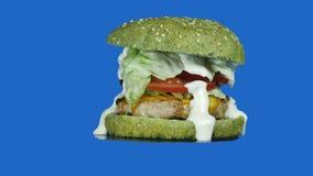 美丽的新鲜的水多的煮熟的汉堡在圈子转动 影视素材