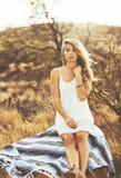 美丽的方式纵向妇女年轻人 免版税图库摄影