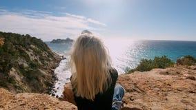 美丽的旅游妇女在海边做照片 影视素材
