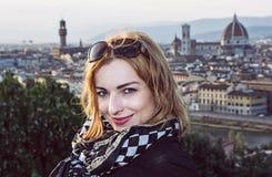 美丽的旅游妇女有城市佛罗伦萨的看法从Piaz的 库存图片