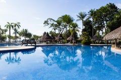 美丽的旅馆游泳池 免版税库存图片