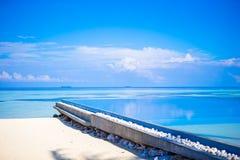 美丽的无限游泳池在热带国家的豪华旅游胜地 库存图片