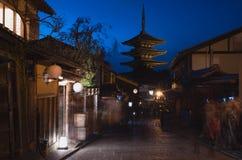 美丽的日本古老塔在晚上在京都 图库摄影