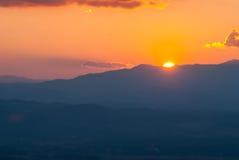 美丽的日落和金天空 免版税库存照片