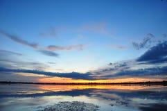 美丽的日落天空和反射在湖 库存照片