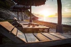 美丽的日落天空和木头书桌在海靠岸 免版税库存图片