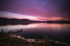 美丽的日落天空和渔船由海岸 免版税库存图片