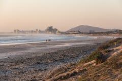 美丽的日落海滩在有晚上太阳的开普敦 库存图片