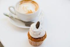 美丽的早餐杯形蛋糕和杯子芳香咖啡 库存照片