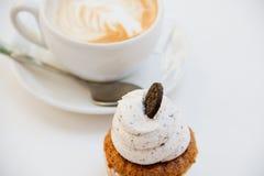 美丽的早餐杯形蛋糕和杯子芳香咖啡 免版税库存照片