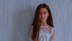 美丽的时兴的女孩在灰色背景摆在 股票视频
