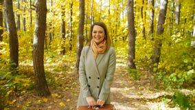 美丽的时尚妇女在秋天公园 股票视频