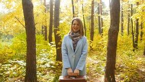 美丽的时尚妇女在秋天公园 股票录像