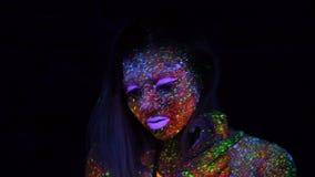 美丽的时尚妇女画象霓虹紫外光的 有萤光创造性的荧光的构成的,艺术式样女孩 股票视频