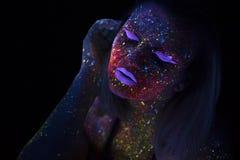 美丽的时尚妇女画象霓虹UF光的 有萤光创造性的荧光的构成的,艺术式样女孩 图库摄影