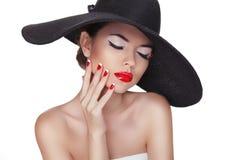 美丽的时尚妇女秀丽画象有黑帽会议的, profe 免版税图库摄影