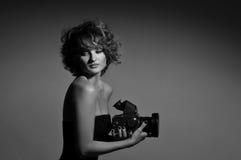 美丽的时尚妇女,与照片照相机的模型黑白照片  免版税库存图片