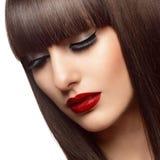 美丽的时尚妇女画象有长的健康红色头发的 免版税图库摄影