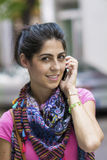 年轻美丽的时尚妇女画象谈话在电话 免版税库存照片