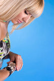 美丽的时钟另外女孩现有量甜点 免版税库存照片