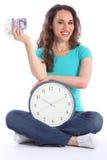 美丽的时钟货币微笑的时间妇女 免版税图库摄影