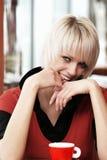 美丽的时髦白肤金发的女孩 免版税库存图片