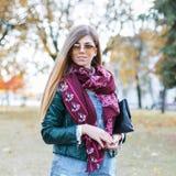 美丽的时髦的女孩在秋天公园 图库摄影