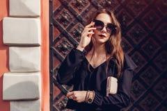 美丽的时髦的妇女室外画象玻璃的在街道上 时装模特儿佩带的夏天衣物和辅助部件 免版税图库摄影