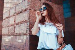美丽的时髦的妇女室外画象玻璃的在街道上 时装模特儿佩带的夏天衣物和辅助部件 免版税库存照片