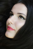 美丽的时兴的苍白女孩画象有长黑波浪的 免版税库存照片
