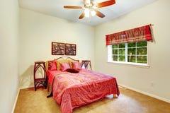 美丽的明亮的卧室 库存照片