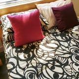美丽的明亮的卧室 免版税库存图片